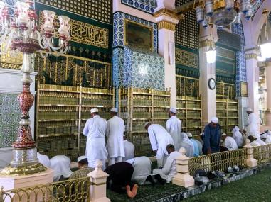la-tumba-dorada-del-profeta-mahoma-aleyhisselam-medina-arabia-saudita-de-junio-islámico-y-los-primeros-líderes-musulmanes-abu-154258794