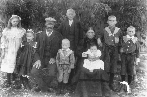 StateLibQld_1_180039_Albert_and_Annie_Boucher_and_family_in_1911